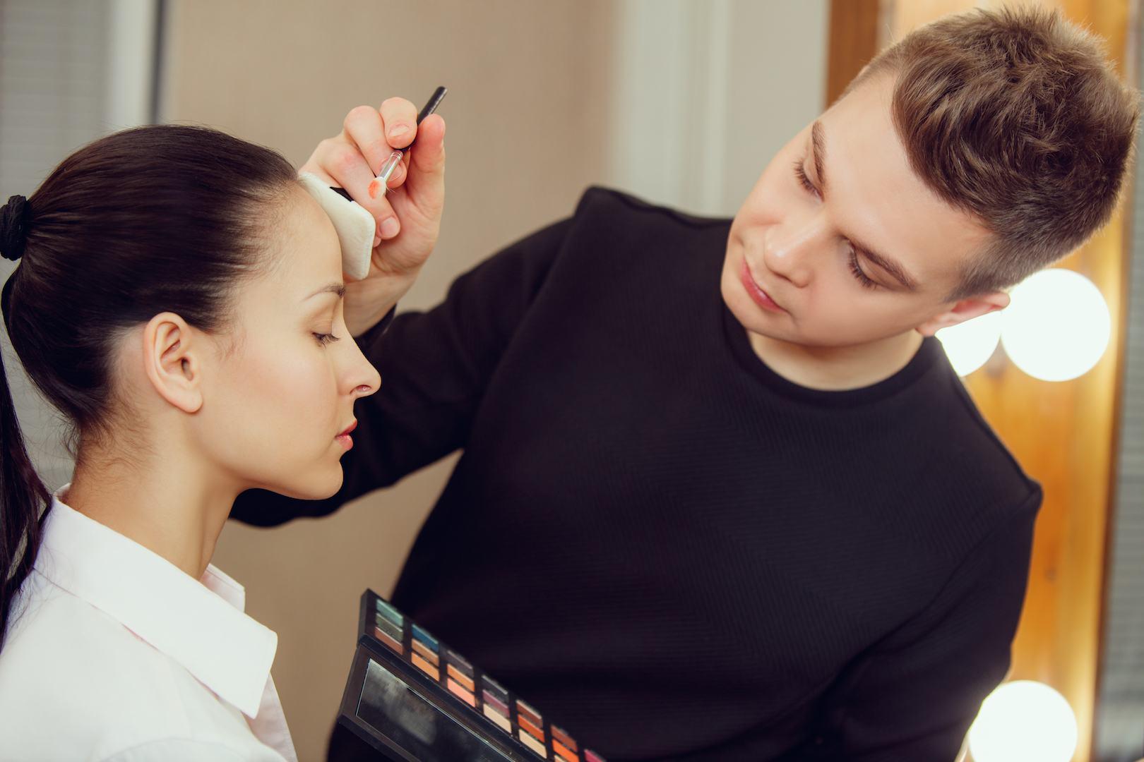 Homem a maquilhar modelo