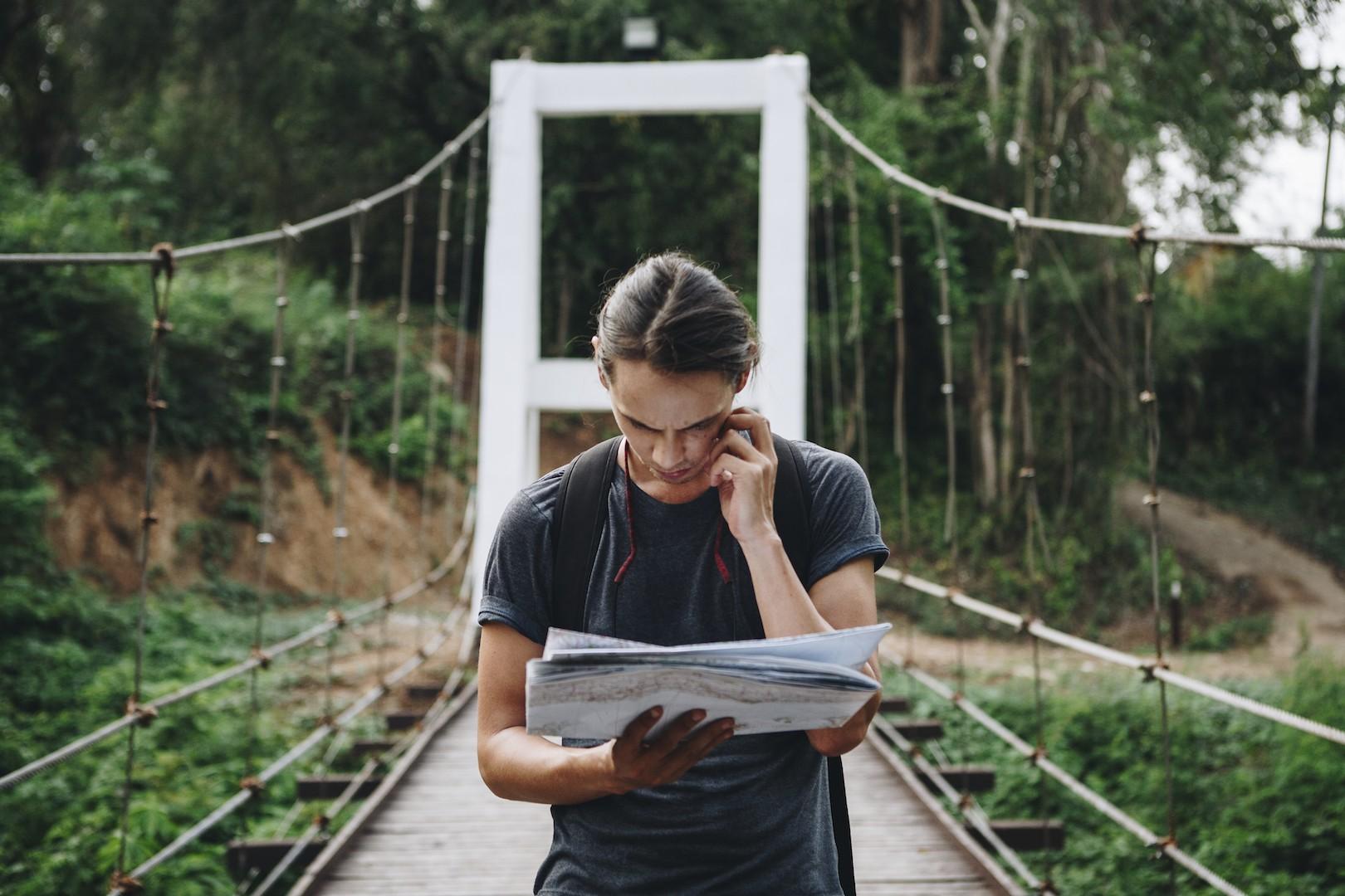 Jovens viajantes frequentes usam muito o smartophone para fazer reservas