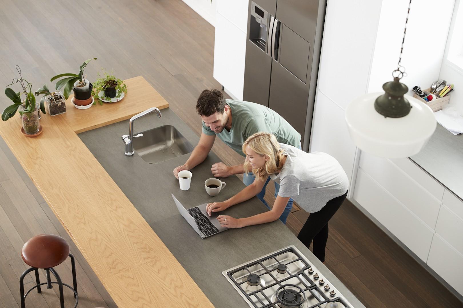 Casal compra móveis de cozinha na internet