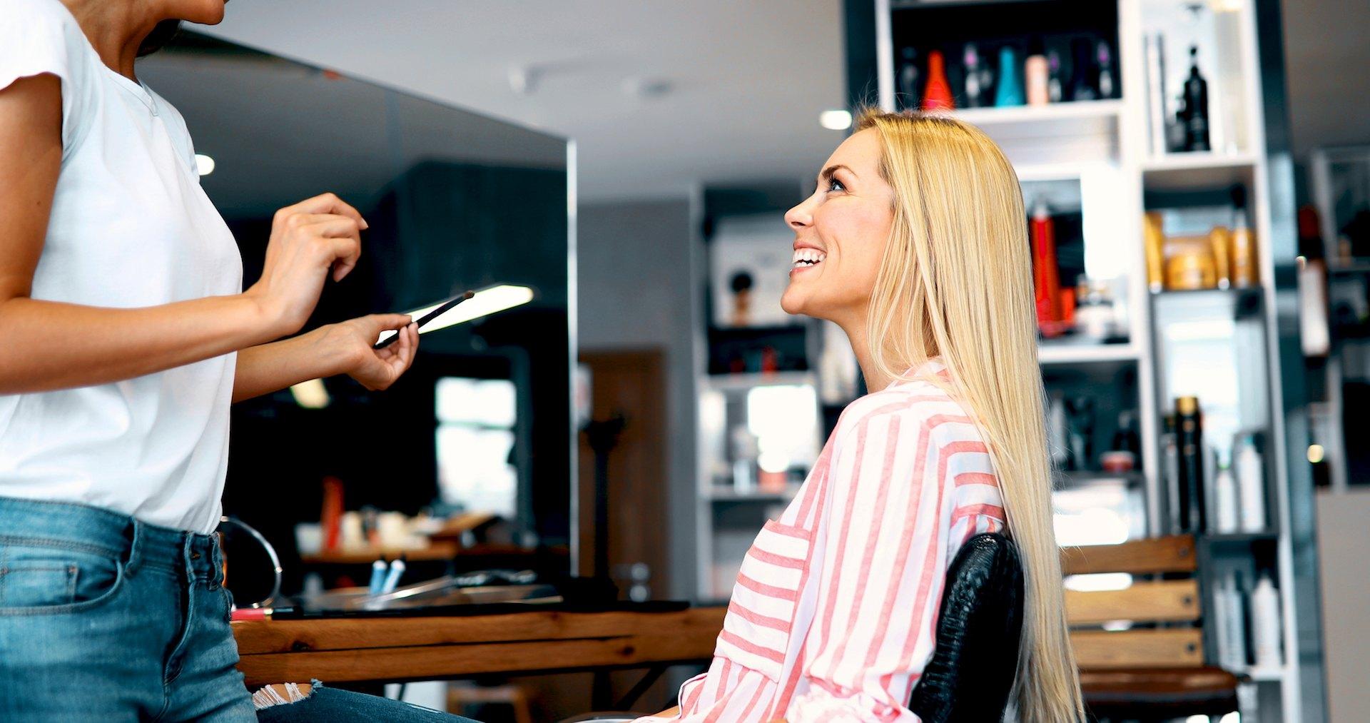 Cliente feliz com maquilhadora