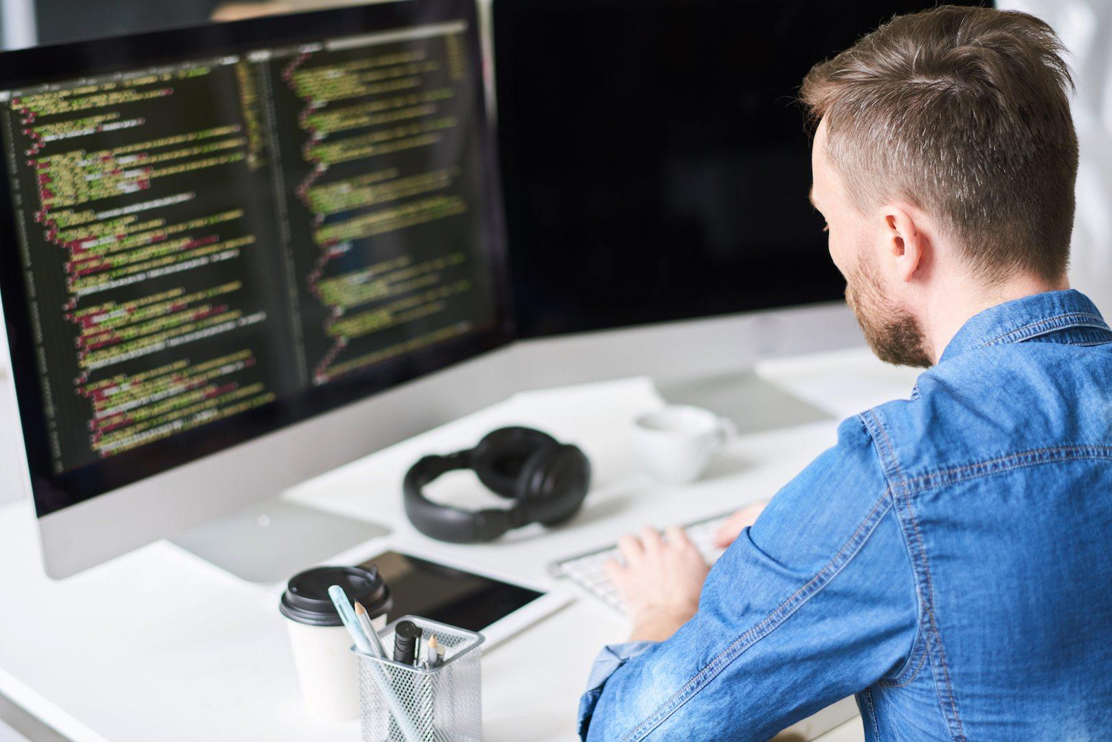 Os programadores dão apoio técnico e mantêm os projetos